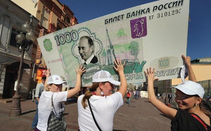 Supporters of Vladimir Putin carry a mock 1,000 ruble banknote in Moscow on August 18, 2011 (AFP Photo/Alexander Nemenov)