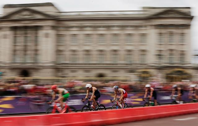 LONDON, ENGLAND - AUGUST 07: Spectators line the roads around Buckingham Palace and the Queen Victoria Memorial during the cycling stage of the Men's Triathlon event at the London 2012 Olympic Games in Hyde Park on August 7, 2012 in London, England. (Photo by Matthew Lloyd/Getty Images)