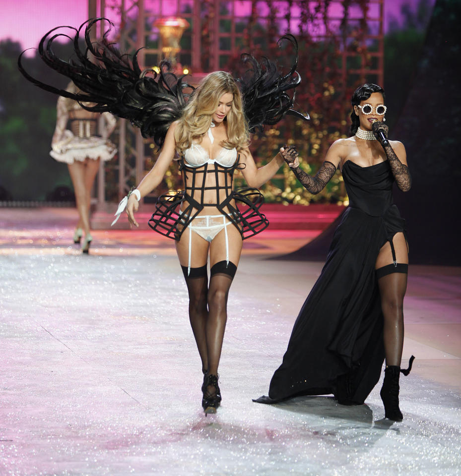 Singer Rihanna (R) sings while a model presents a creation during the Victoria's Secret Fashion Show in New York November 7, 2012. REUTERS/Carlo Allegri  (UNITED STATES - Tags: ENTERTAINMENT FASHION SOCIETY)