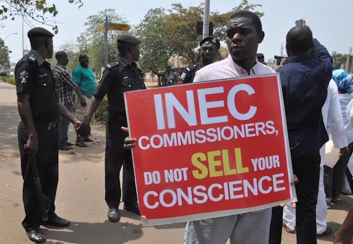 Nigerians protest against the postponement of elections on February 7, 2015 in Abuja (AFP Photo/)