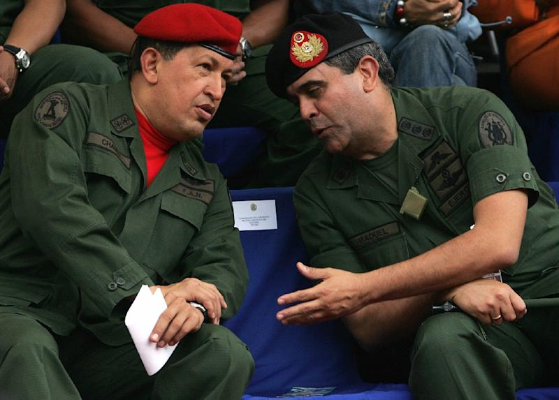 Venezuelan President Hugo Chavez (L) chats with then Defense Minister General Raul Baduel in Caracas, on August 11, 2006 (AFP Photo/Juan Barreto)