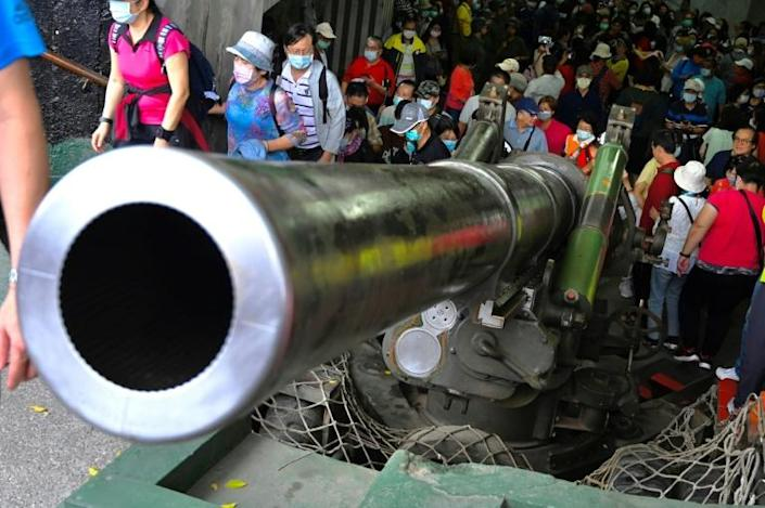 Tourists inspecting a US-made Howitzer on Kinmen