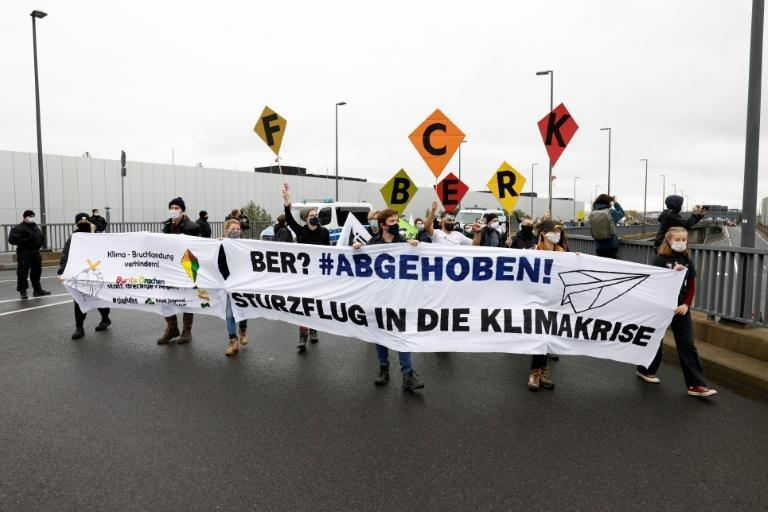 Climate demonstrators added their voice to the day's proceedings, marching on the airport building with a banner reading 'BER?: Take off! A crash flight into the climate crisis'