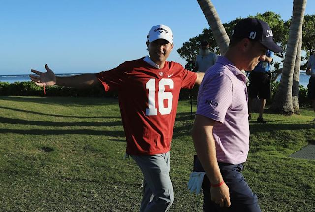 Kevin Kisner paid off his bet to Justin Thomas. (Getty)