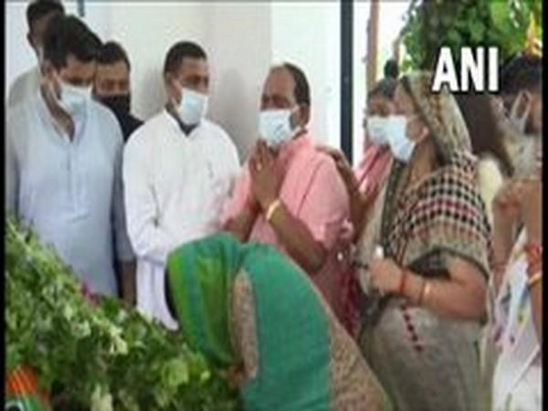 Rajveer Singh broke down while paying last respects to his father