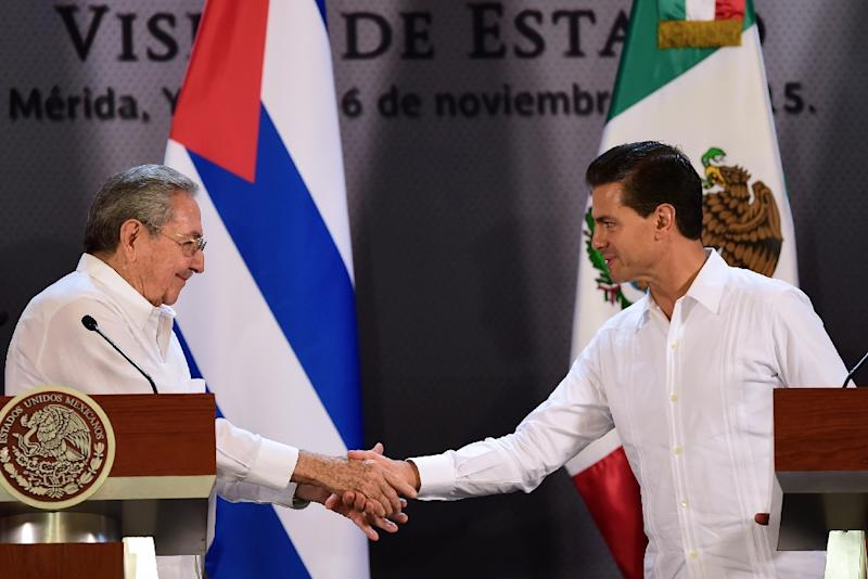 Mexican President Enrique Pena Nieto (R) and Cuban President Raul Castro shake hands during a joint press conference at the government palace in Merida, Yucatan State, Mexico, on November 6, 2015 (AFP Photo/Ronaldo Schemidt)