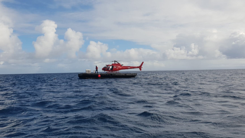 Nautilus Aviation helicopter lands on platoon on great barrier reef