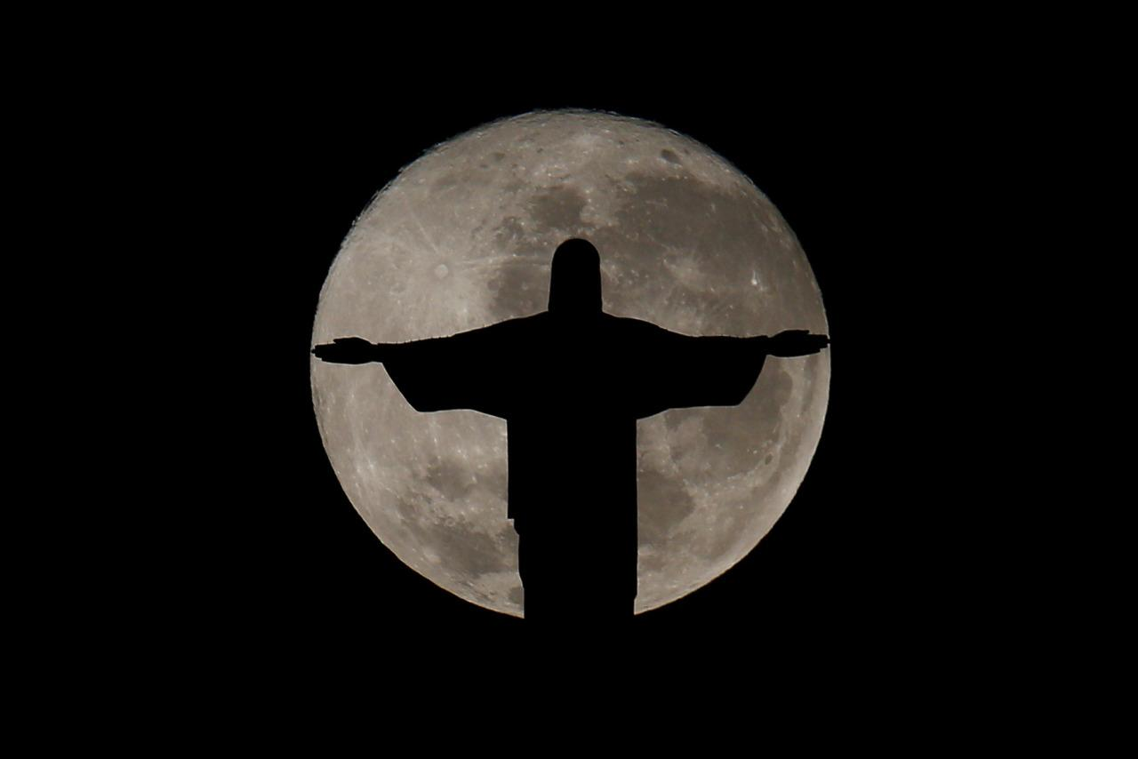 <p>The full moon is pictured behind the Christ the Redeemer statue ahead of the 2016 Rio Olympic games in Rio de Janeiro, Brazil, July 19, 2016. (REUTERS/Bruno Kelly)</p>