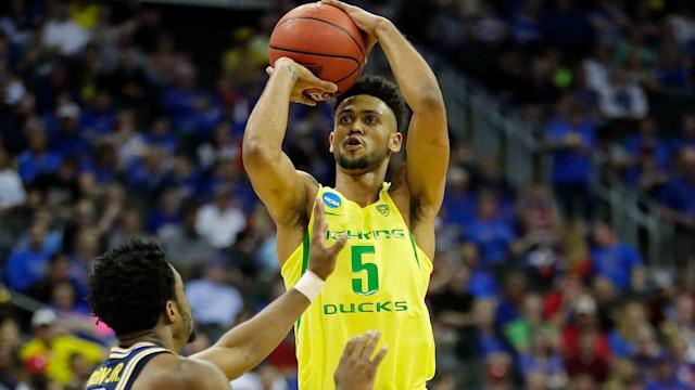 Tyler Dorsey and Jordan Bell took over late to lead third-seeded Oregon to a 69-68 victory over No. 7 Michigan in Kansas City.