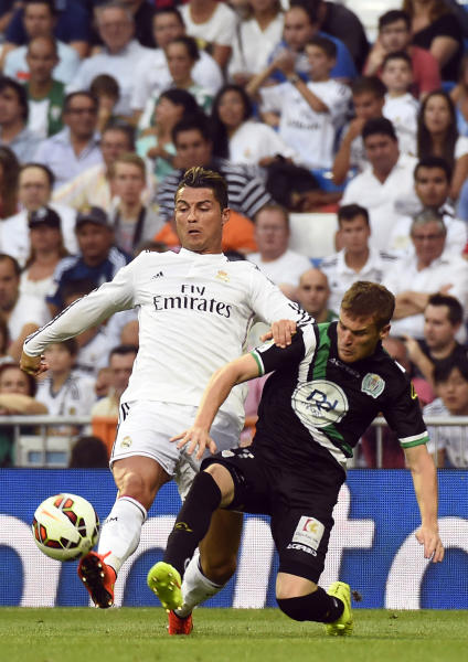 Real Madrid's forward Cristiano Ronaldo (L) vies with Cordoba's defender Adrian Javier Gunino during their football match on August 25, 2014 (AFP Photo/Gerard Julien )