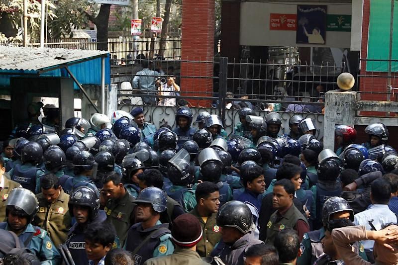Bangladeshi policemen block the entrance to the office of opposition leader Khaleda Zia in Dhaka on January 5, 2015 (AFP Photo/Hasan Raja)