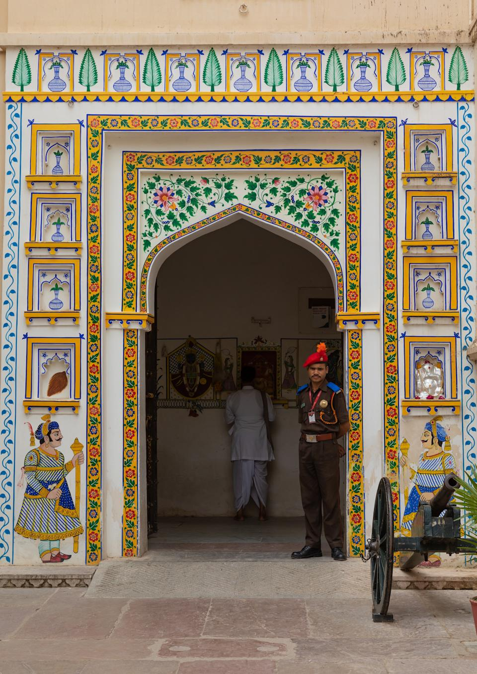 The palaces within the complex are interlinked through a number of chowks or quadrangles with zigzag corridors, planned in this fashion to avoid surprise attacks by enemies.