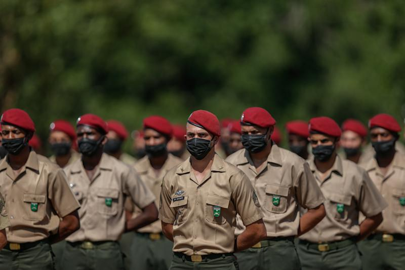 RIO DE JANEIRO, BRAZIL - AUGUST 15: Soldiers wearing protective masks stand in formation during the Graduation Ceremony of New Parachutists, at the 26th Parachutist Infantry Battalion, in the Military Village on August 15, 2020, in Rio de Janeiro, Brazil. President of Brazil, Jair Bolsonaro, (not pictured) a former soldier, attended the ceremony. (Photo by Andre Coelho / Getty Images)