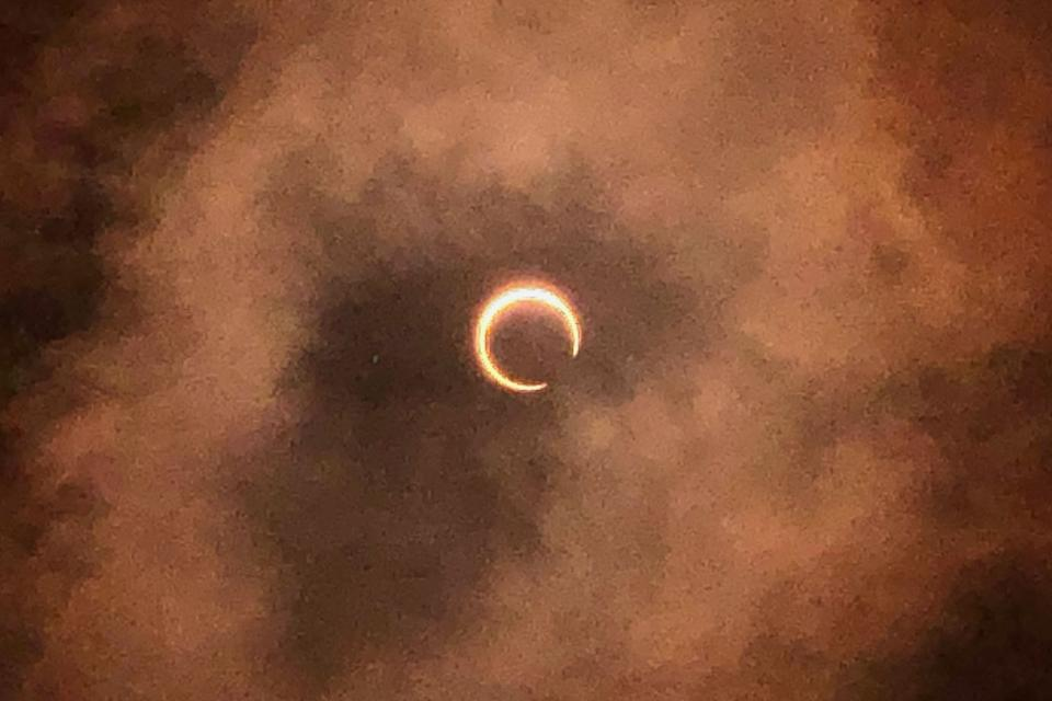 """One of the stages of annular solar eclipse as seen from the Marina Barrage on 26. Read our story: <a href=""""https://bit.ly/2SybMEO"""" rel=""""nofollow noopener"""" target=""""_blank"""" data-ylk=""""slk:https://bit.ly/2SybMEO"""" class=""""link rapid-noclick-resp"""">https://bit.ly/2SybMEO</a> (PHOTO: Dhany Osman / Yahoo News Singapore)"""