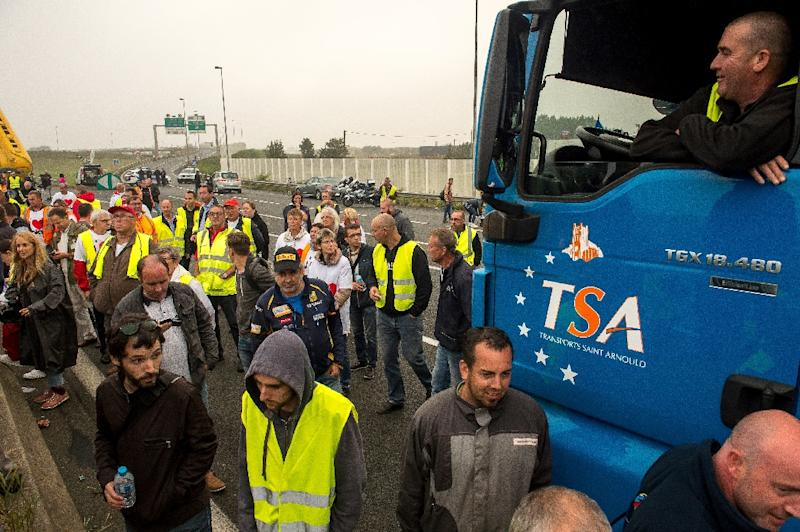 """French truckers and farmers block the main routes in and out of the port of Calais to call for the closure of the sprawling """"Jungle"""" migrant camp, on September 5, 2016 (AFP Photo/Philippe Huguen)"""