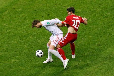 Soccer Football - World Cup - Group B - Iran vs Spain - Kazan Arena, Kazan, Russia - June 20, 2018 Iran's Karim Ansarifard in action with Spain's Gerard Pique REUTERS/John Sibley
