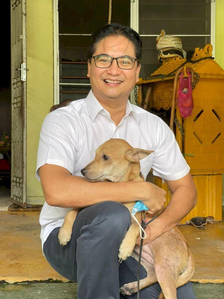 Pasir Bedamar assemblyman Terence Naidu with Anandaveli the dog who saved a family from fire. — Courtesy photo from Terence Naidu