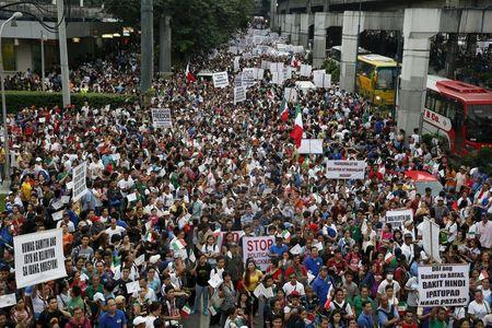 Thousands of protesters belonging to the Iglesia ni Cristo (Church of Christ) group march along EDSA highway in Mandaluyong, Metro Manila August 30, 2015.  REUTERS/Erik De Castro