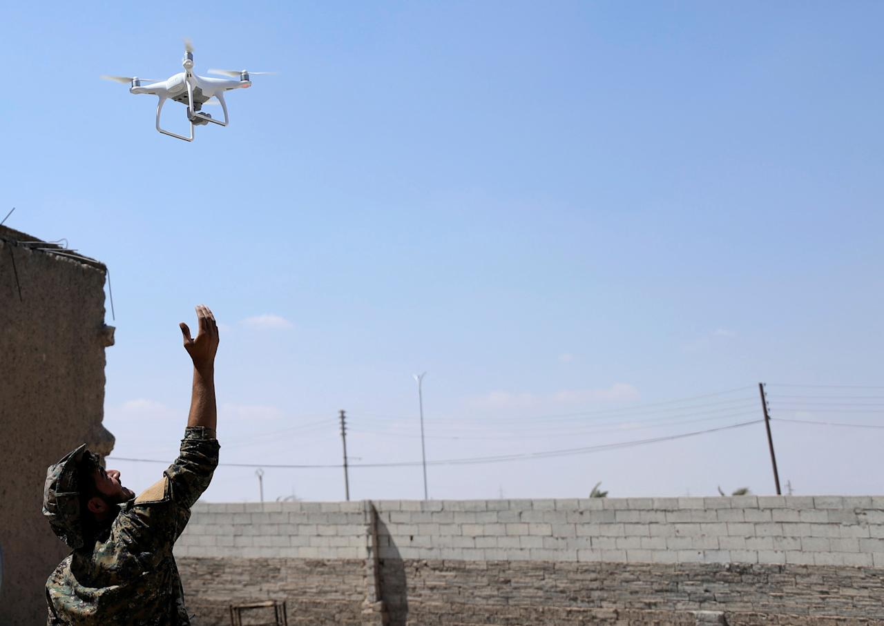 <p>A fighter from Syrian Democratic Forces (SDF) flies a drone in western Raqqa province, Syria, June 18, 2017. (Photo: Rodi Said/Reuters) </p>