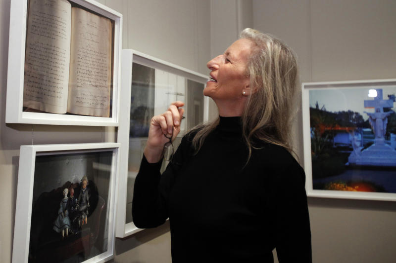 """Photographer Annie Leibovitz leads a media tour of her exhibit """"Pilgrimage"""" Tuesday, Jan. 24, 2012, at the Smithsonian American Art Museum in Washington. (AP Photo/Jacquelyn Martin)"""