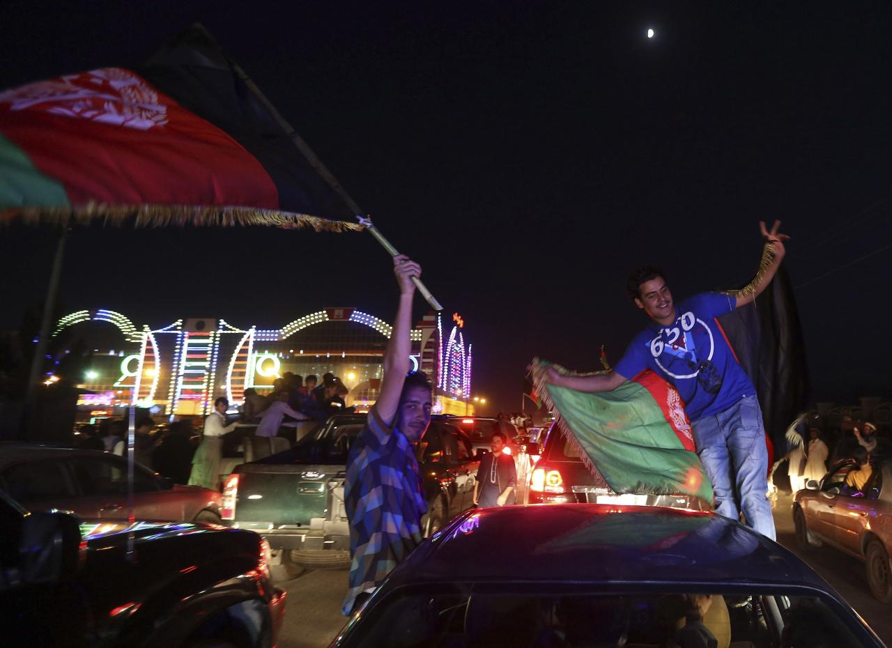 Afghan cricket fans welcome home the national team in Kabul, October 12, 2013, following Afghanistan's qualification for the 2015 Cricket World Cup. REUTERS/Omar Sobhani (AFGHANISTAN - Tags: SPORT CRICKET)