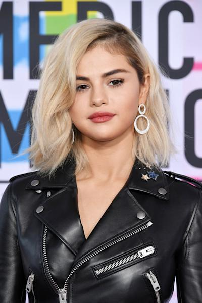 Selena Gomez is now blonde! The celebrity debuted the brand new hair color at the 2017 AMAs red carpet. See an up-close look at her new look here.
