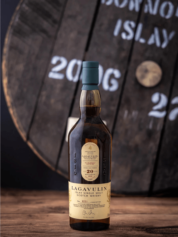 With a color of 18-carat gold, the smooth texture offers scents of bonfire smoke with powerful sweetness. Photo courtesy of Lagavulin