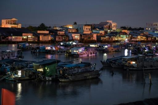 Vietnam floating market struggles to stay above water