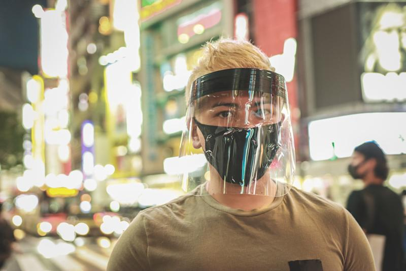 For maximum protection, a face shield should extend below the chin and all the way out to the ears. Also, there should be no gap between the headpiece and the forehead. (Photo: kyonntra via Getty Images)