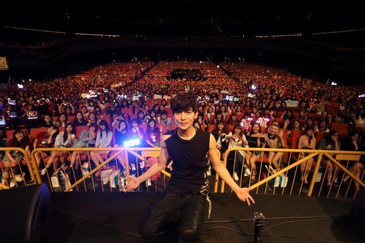 Bii takes a picture with fans at his first concert in Singapore (Photo: KKBOX)