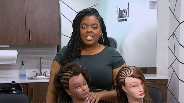 PHOTO: Hairstylist Niani Barracks has been hosting online hair tutorials during the pandemic. (ABC)