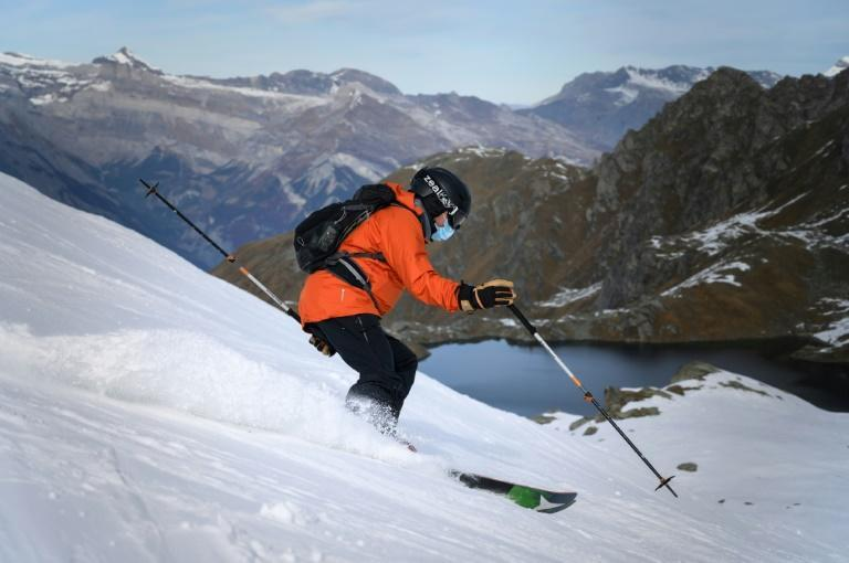 The Swiss Ski Lift Association has made it mandatory to wear a facemask not only in closed cable car cabins, but also on open-air chair lifts and in queues