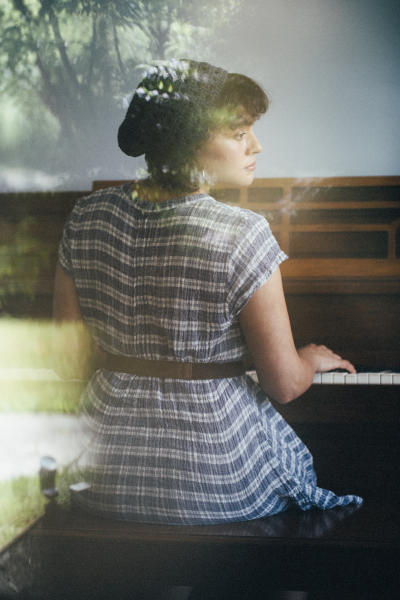 "En esta foto del 8 de junio de 2020, la cantautora Norah Jones posa en Hudson, Nueva York, para promocionar su más reciente álbum, ""Pick Me Up Off the Floor"". (Foto por Victoria Will/Invision/AP)"