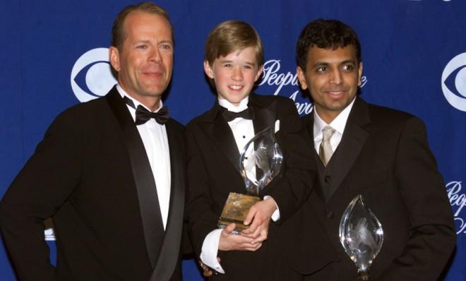 Bruce Willis, Hayley Joel Osment and M. Night Shyamalanpose after The Sixth Sense wins the People's Choice award for favorite motion picture.