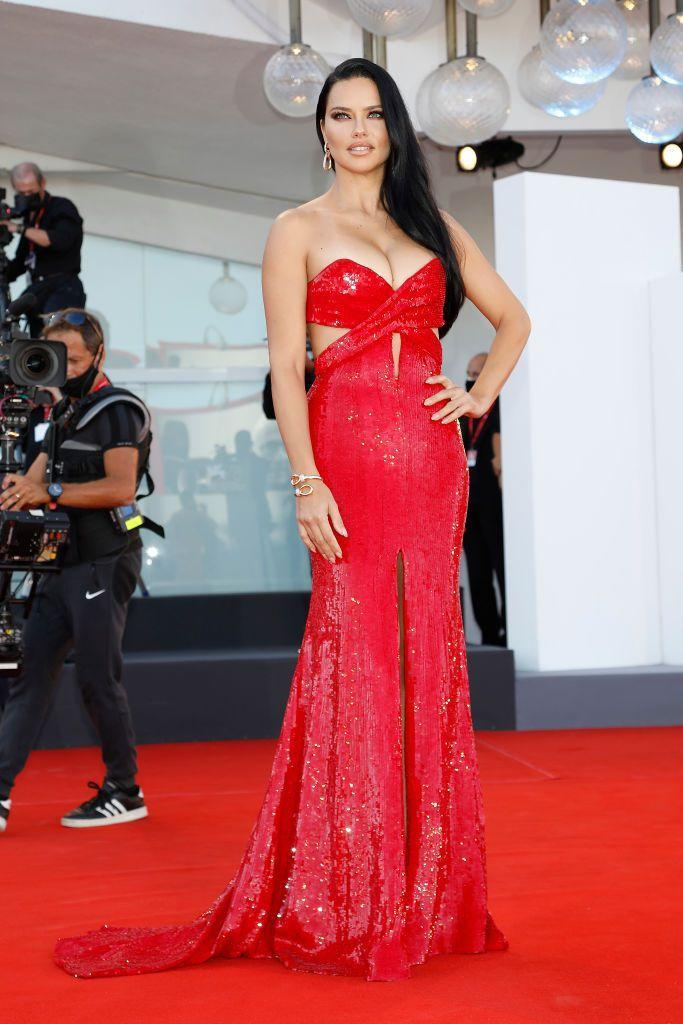 <p>The model wore a red sequinned Etro dress with Pomellato jewellery to the red carpet for 'Madres Paralelas'.</p>