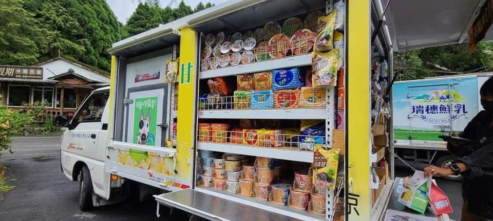 <p>A small businessman quickly adapted to the times and was recently revealed to have a truckload of instant noodles, cookies, drinks, and more for local residents to purchase when he drives up their road. (Photo courtesy of 爆料公社Facebook)</p>
