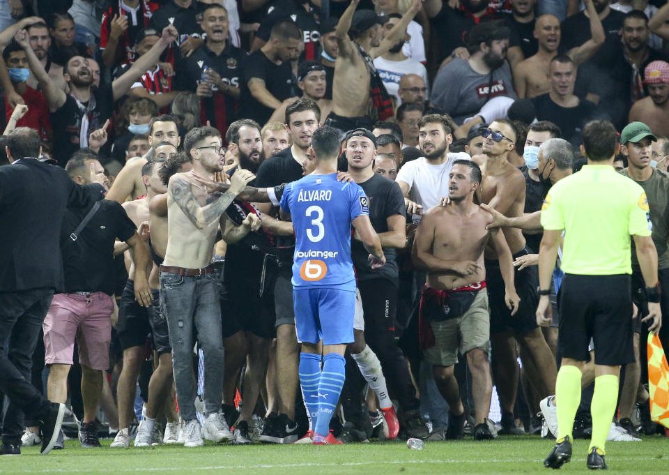 NICE, FRANCE - AUGUST 22: Incidents between the players of Marseille - here Alvaro Gonzalez of OM - and the supporters of Nice who entered the pitch during the Ligue 1 match between OGC Nice (OGCN) and Olympique de Marseille (OM) at Allianz Riviera Stadium on August 22, 2021 in Nice, France. (Photo by John Berry/Getty Images)