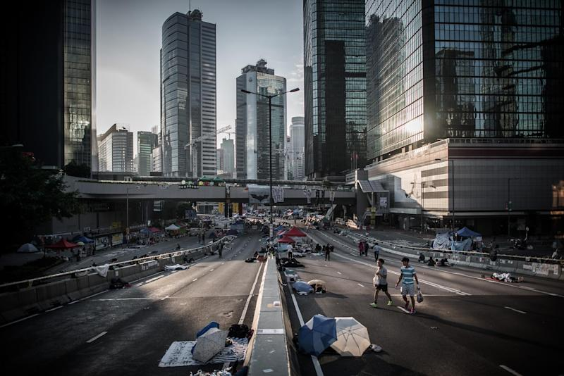 Pro-democracy demonstrators walk along a highway in Hong Kong on October 10, 2014 (AFP Photo/Philippe Lopez)