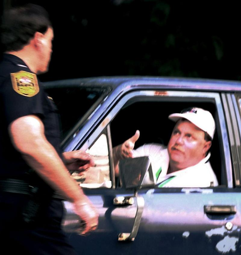Richard Jewell speaks to a DeKalb County police officer as he drives to his Atlanta apartment in the days after the '96 Olympic bombing. | Tannen Maury/AP/Shutterstock