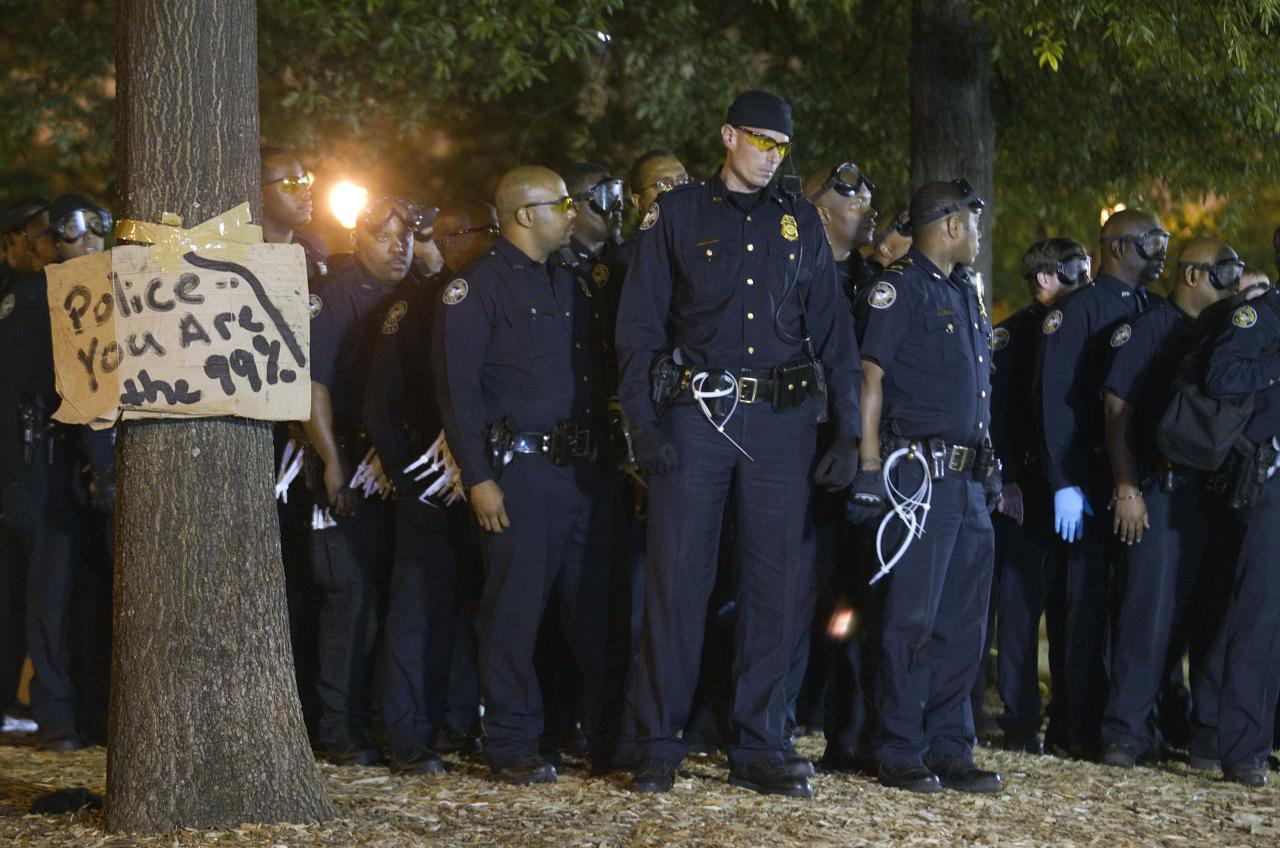 Police move in to make arrests after Mayor Kasim Reed revoked his executive order allowing the protestors with the Occupy Atlanta demonstration to camp out in Woodruff Park Wednesday, Oct. 26, 2011 in Atlanta. (AP Photo/David Goldman)