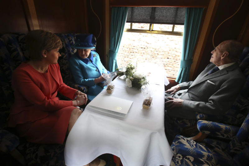 Britain's Queen Elizabeth travels with Prince Philip and Scotland's First Minister Nichola Sturgeon (L) on the new Scottish Borders railway line, in Scotland, September 9, 2015. Queen Elizabeth officialy opened the new Scottish Borders Railway on the day she became Britain's longest reigning monarch. REUTERS/Andrew Milligan/Pool