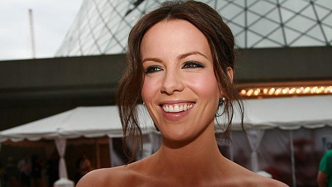 Kate Beckinsale at the TIFF premiere of Nothing But the Truth. Monday September 8, 2008. (Sumber: wikimedia commons)