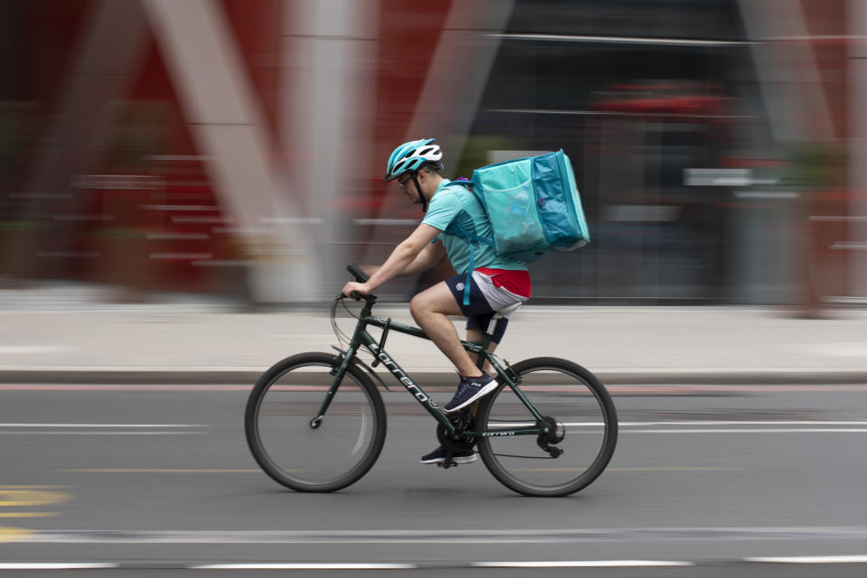 A Deliveroo rider near Victoria station in London, England. Photo: Dan Kitwood/Getty Images