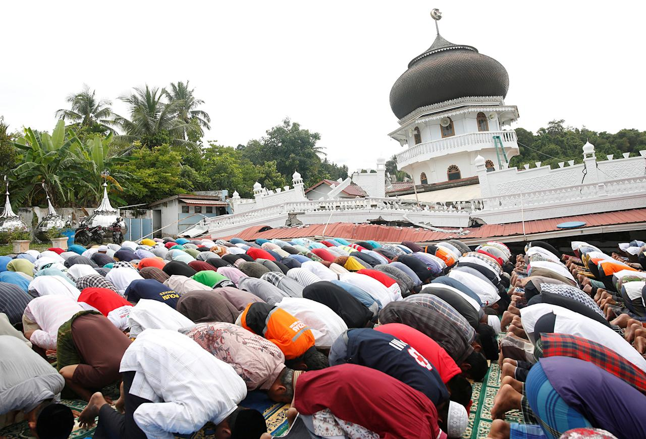 <p>Muslims attend Friday prayers at Jami Quba mosque which collapsed during this week's earthquake in Pidie Jaya, Aceh province, Indonesia Dec. 9, 2016. (Photo: Darren Whiteside/Reuters) </p>