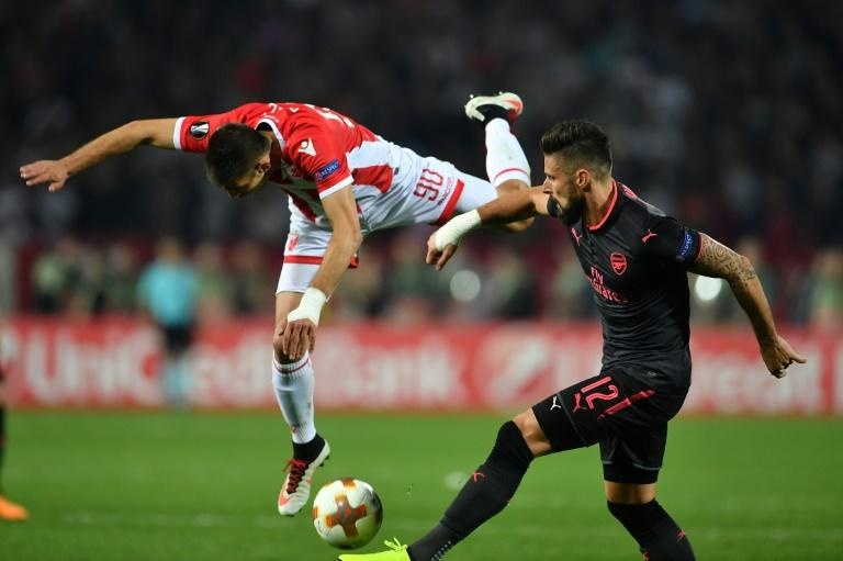 Arsenal's forward Olivier Giroud (R) vies with Belgrade's defender Vujadin Savic (L) during the UEFA Europa League football match October 19, 2017