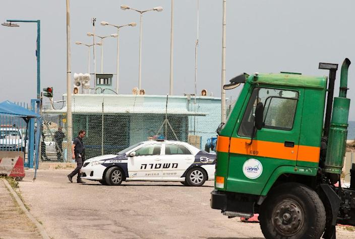 Israeli police stand guard as a municipal rubbish truck blocks the gates of a chemical plant in Haifa on April 20, 2015, following a scare over high cancer rates, a municipal spokesman said (AFP Photo/Jack Guez)