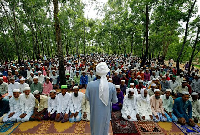 <p>Rohingya refugee people take part in Eid al-Adha prayer near the Kutupalang makeshift refugee camp, in Cox's Bazar, Bangladesh, Sept. 2, 2017. (Photo: Mohammad Ponir Hossain/Reuters) </p>