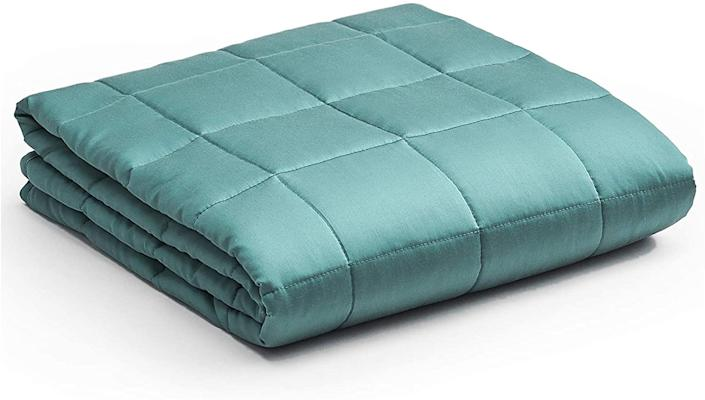 YnM Cooling Weighted Blanket with 100% Bamboo Viscose. Image via Amazon.