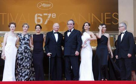 "(L-R) Cast members Miranda Otto and Sonja Richter, Cannes Film festival director Gilles Jacob, Dawn Laurel-Jones, director and actor Tommy Lee Jones, cast members Hilary Swank, Victoria Jones, and Cannes Film festival general delegate Thierry Fremaux pose on the red carpet as they arrive for the screening of the film ""The Homesman"" in competition at the 67th Cannes Film Festival in Cannes May 18, 2014. REUTERS/Yves Herman"