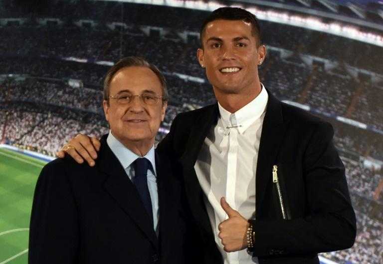 Florentino Perez (L) and Cristiano Ronaldo pose for a photo in November 2016, after Real Madrid extended the Portuguese forward's contract until 2021